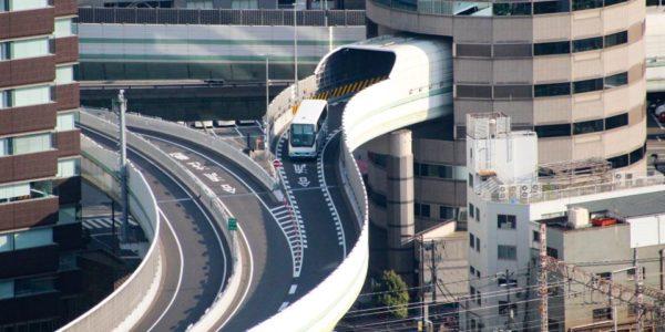 Rodovia que passa dentro de um prédio no Japão